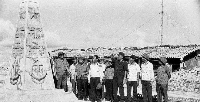 Đại tướng Lê Đức Anh thăm cột mốc chủ quyền ở Trường Sa năm 1988.(Ảnh tư liệu)