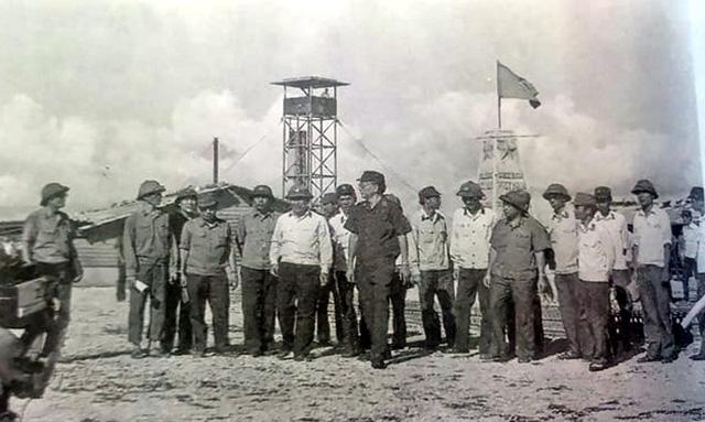Đại tướng Lê Đức Anh - Bộ trưởng Bộ Quốc phòng đi thị sát tại quần đảo Trường Sa, tháng 5/1988.