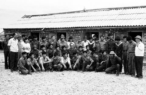Đại tướng Lê Đức Anh chụp ảnh cùng các chiến sĩ trên đảo Phan Vinh tháng 5-1988