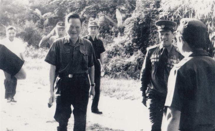 Đồng chí Lê Đức Anh thăm đơn vị 817 tại chiến trường Campuchia năm 1983. Ảnh: Tư liệu