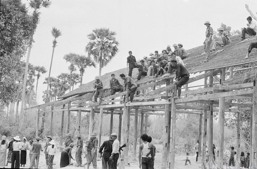 Dưới sự chỉ đạo, chỉ huy của Đồng chí Lê Đức Anh, quân tình nguyện và chuyên gia Việt Nam cùng nhân dân Campuchia lật đổ chế độ diệt chủng, tái thiết đất nước Campuchia.