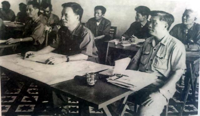 Thượng tướng Lê Đức Anh - Thứ trưởng Bộ Quốc phòng, Trưởng ban lãnh đạo Đoàn chuyên gia kiêm tư lệnh Quân tình nguyện Việt Nam tại Campuchia nghe báo cáo tình hình chiến sự và công tác giúp nước bạn hồi sinh đất nước tại Sở chỉ huy lãnh đạo đoàn chuyên gia ở Phnôm Pênh - Campuchia tháng 3/1980.