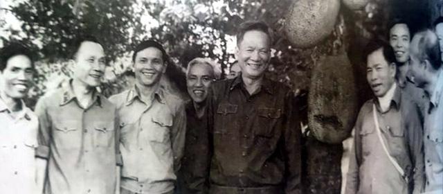 Đại tướng Lê Đức Anh - Thứ trưởng Bộ Quốc Phòng, Trưởng ban lãnh đạo Đoàn chuyên gia kiêm Tư lệnh Quân tình nguyện Việt Nam tại Campuchia đi kiểm tra tại Trung đoàn 812, Sư đoàn 309 đang làm nghiệm vụ giúp nước bạn ở Kamponglai - Campuchia ngày 26/11/1985.