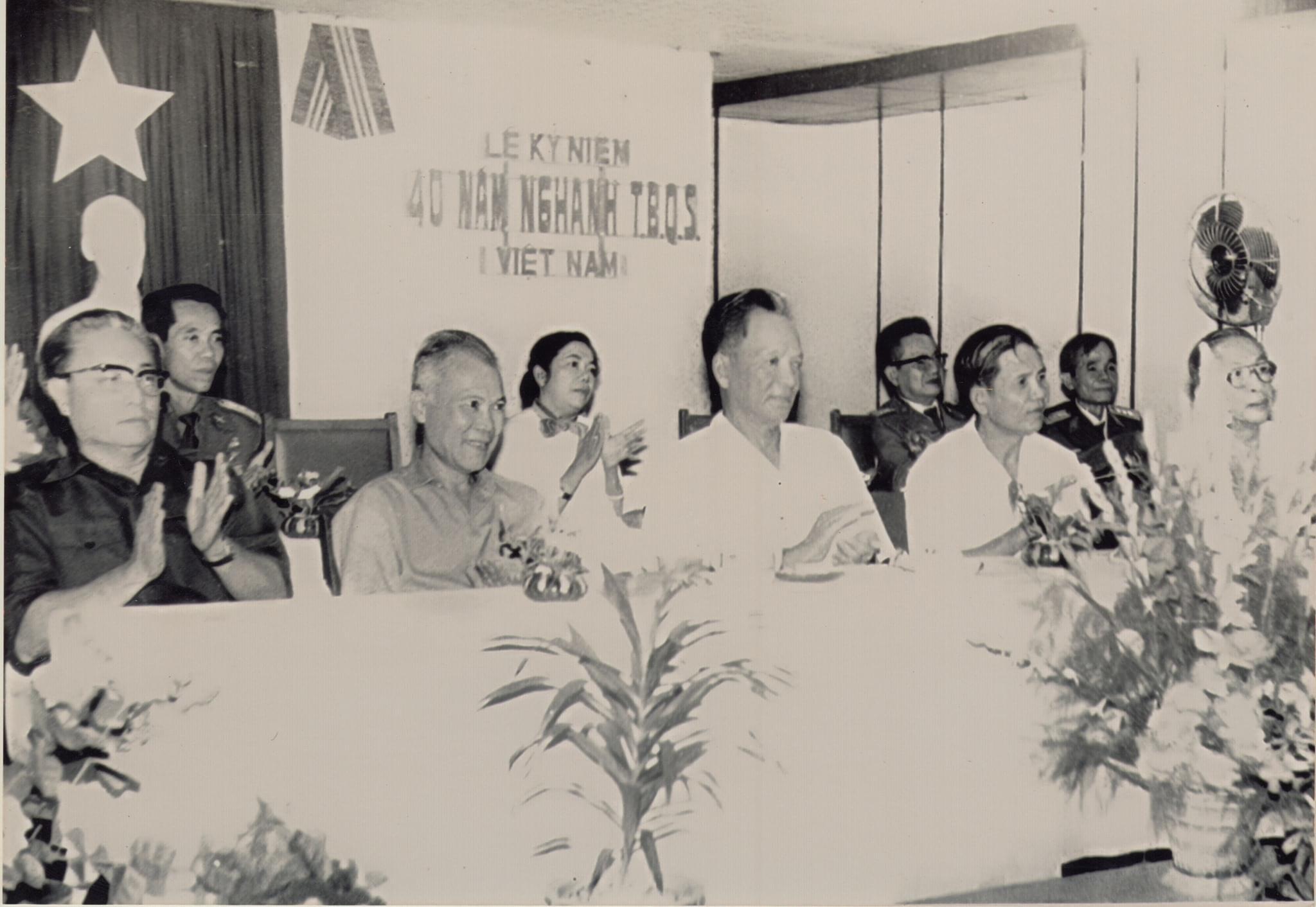 Đại tướng Lê Đức Anh (Tư lệnh chiến trường Campuchia) và Chủ tịch Quốc Hội Nguyễn Hữu Thọ năm 1985