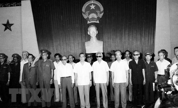 Lễ trao Huân chương Sao Vàng - phần thưởng cao quý của Nhà nước ta cho quân tình nguyện Việt Nam tại Campuchia trở về nước (1988) (Ảnh: TTXVN)