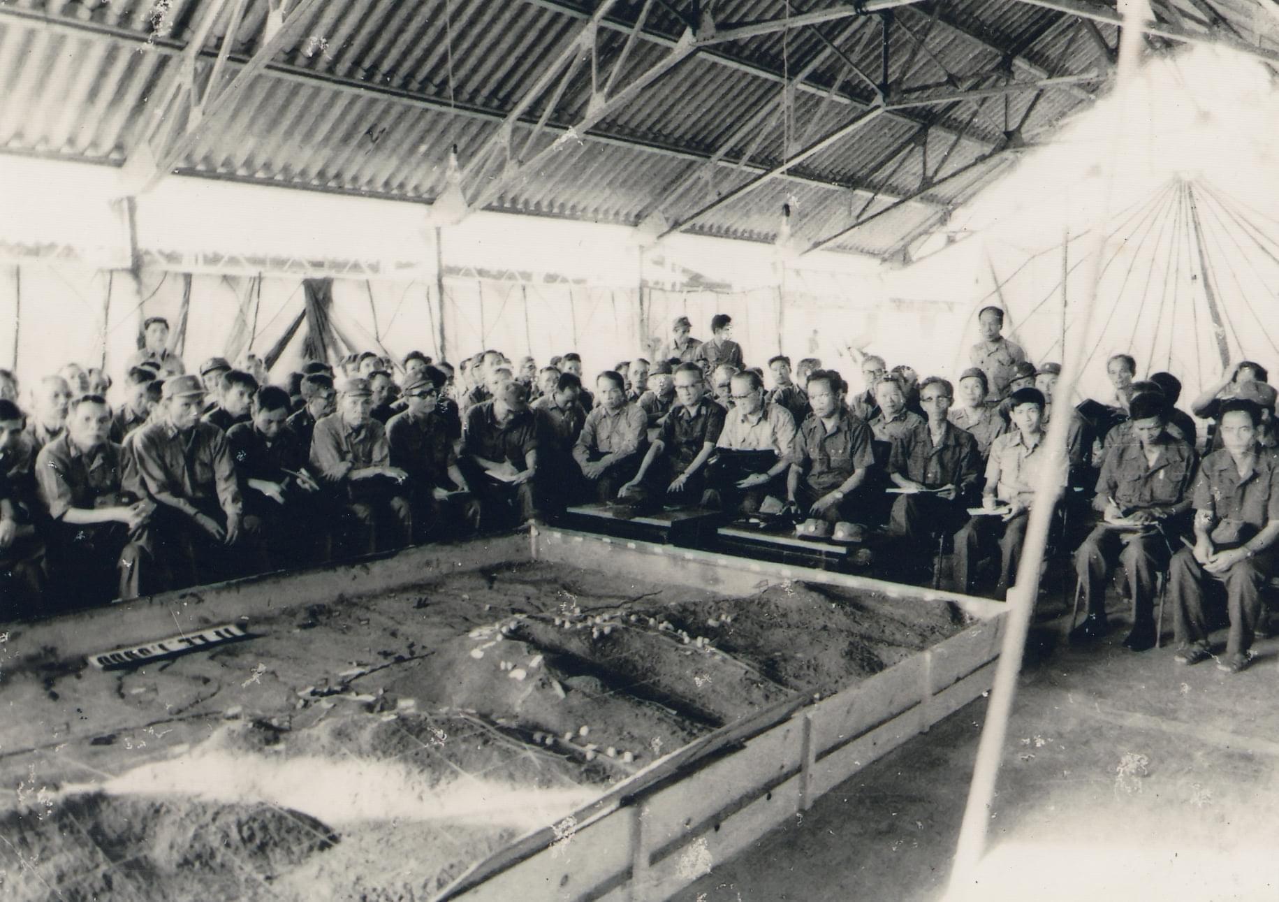 Đại tướng Lê Đức Anh - Tư lệnh chiến trường Campuchia làm việc với bộ đội Việt Nam bên sa bàn tác chiến