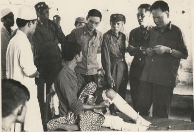 Đại tướng Lê Đức Anh thăm thương binh tại chiến trường Campuchia