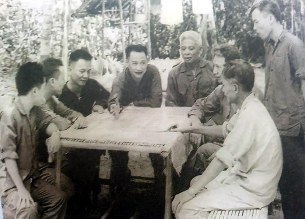 Trung tướng Hoàng Văn Thái - Tư lệnh Bộ chỉ huy miền Nam (người chỉ tay trên bản đồ) và Tham mưu trưởng Lê Đức Anh (ngồi bên phải Trung tướng Trần Văn Trà) trong cuộc họp Bộ chỉ huy miền Nam tại Căn cứ Lộc Ninh (Bình Phước) năm 1967