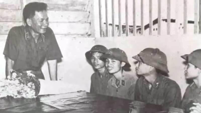 Trung tướng Lê Đức Anh thăm các chiến sĩ Tiểu đoàn Tăng - thiết giáp, Quân khu 9tháng 5/1976