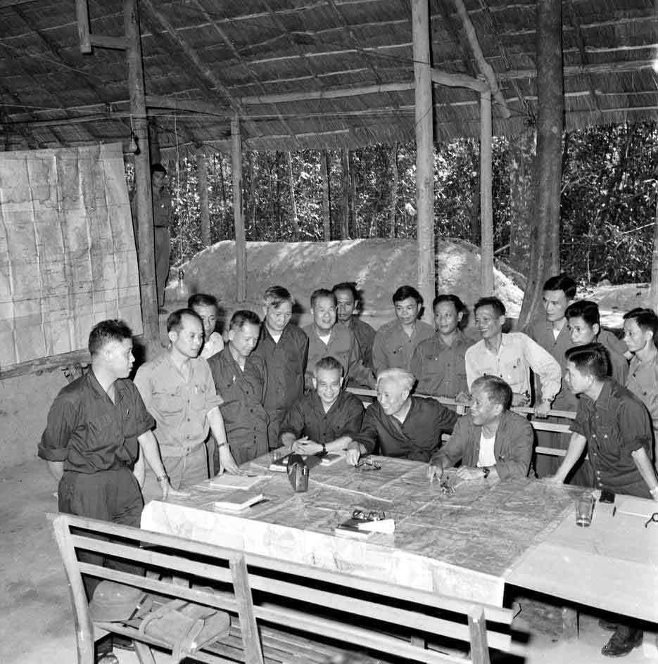 Bộ chỉ huy chiến dịch Hồ Chí Minh tại căn cứ Tà Thiết - Lộc Ninh, trong đó Trung tướng Lê Đức Anh là Phó Tư lệnh cùng Thượng tướng Trần Văn Trà, Trung tướng Đinh Đức Thiện và Trung tướng Lê Trọng Tấn. Trong chiến dịch này, Trung tướng Lê Đức Anh chỉ huy cánh quân tiến công trên hướng Tây - Tây Nam Sài Gòn (đoàn 232), một trong 5 cánh quân của trận quyết chiến chiến lược cuối cùng. Ảnh: TTXVN