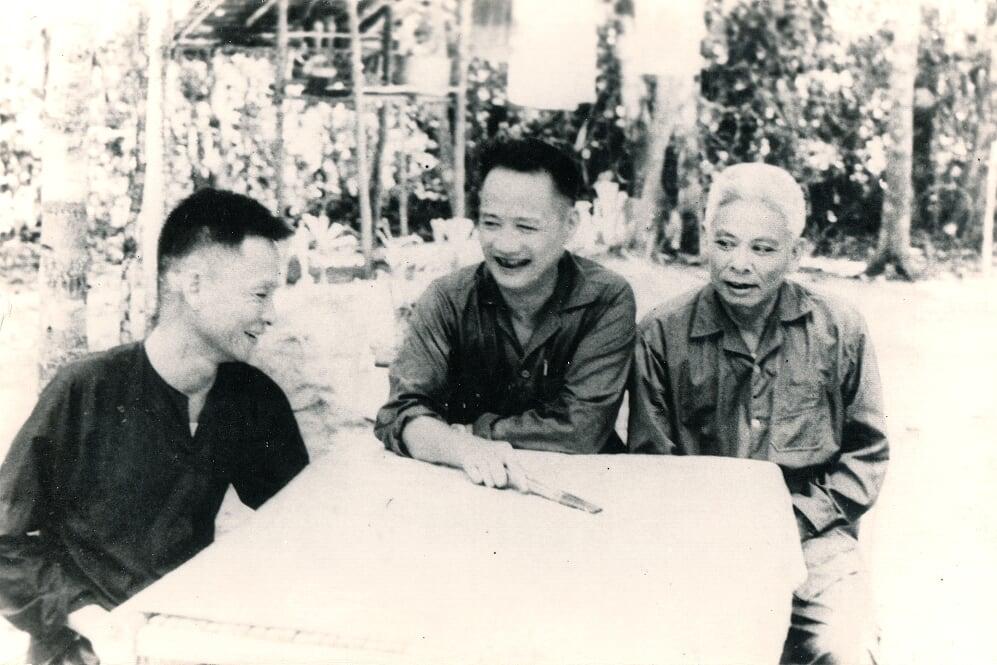 Các đồng chí Lê Đức Anh - Hoàng Văn Thái - Đồng Văn Cống chụp tại R