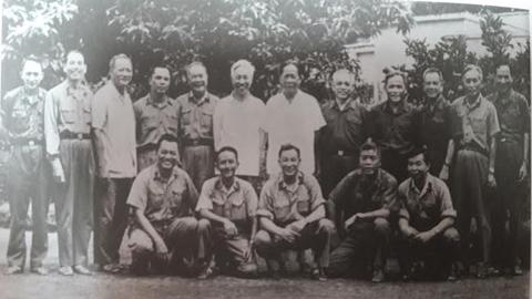 Trung tướng Lê Đức Anh - Tư lệnh Quân khu 9, nguyên Phó Tư lệnh chiến dịch Hồ Chí Minh (ngoài cùng bên phải hàng đứng) - chụp ảnh cùng các ông Lê Duẩn, Lê Đức Thọ, Văn Tiến Dũng... dự hội nghị tổng kết chiến dịch Hồ Chí Minh tại Đà Lạt, Lâm Đồng, cuối năm 1975