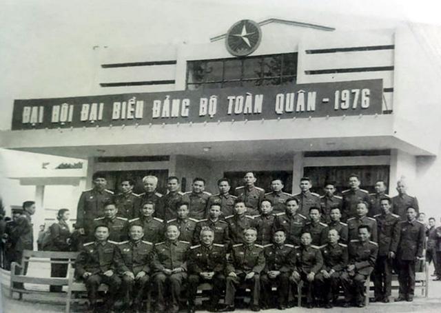 Trung tướng Lê Đức Anh - Tư lệnh Quân khu 9 (ngồi ghế ngoài cùng bên phải) chụp ảnh cùng với Đại tướng Võ Nguyên Giáp, Đại tướng Văn Tiến Dũng và một số đại biểu dự Đại hội biểu dương Đảng bộ quân đội lần thứ II tại Hà Nội năm 1976.