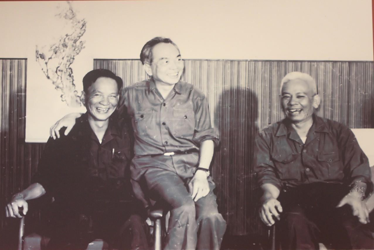 Trung tướng Lê Đức Anh - Tư lệnh Quân khu 9 và Đại tướng Võ Nguyên Giáp - Uỷ viên Bộ Chính trị, Bộ trưởng Bộ Quốc phòng trong chuyến thăm của Đại tướng tới Quân khu 9 năm 1976