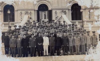 Đại tá Lê Đức Anh, cục phó cục quân lực và các cán bộ quân đội chụp ảnh lưu niệm với Bác Hồ năm 1959