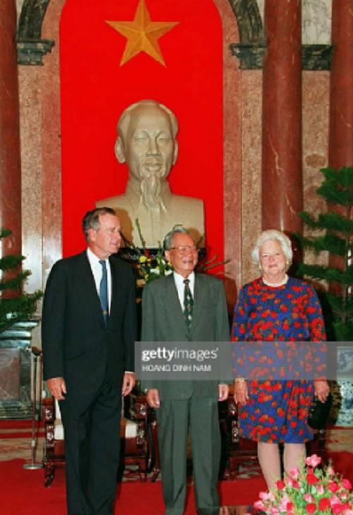 Cựu Tổng thống Mỹ George H.W Bush và phu nhân Barbara Bush chụp ảnh lưu niệm cùng Chủ tịch nước Việt Nam Lê Đức Anh tại Hà Nội trong chuyến thăm Việt Nam năm 1995, chỉ hai tháng sau khi hai nước bình thường hóa quan hệ.