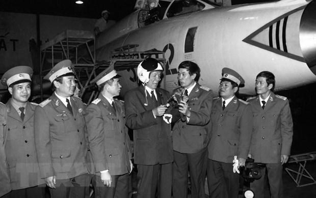 Chủ tịch nước Lê Đức Anh thăm xưởng sửa chữa máy bay của Sư đoàn Không quân 372, tháng 1/1996. Ảnh: TTXVN