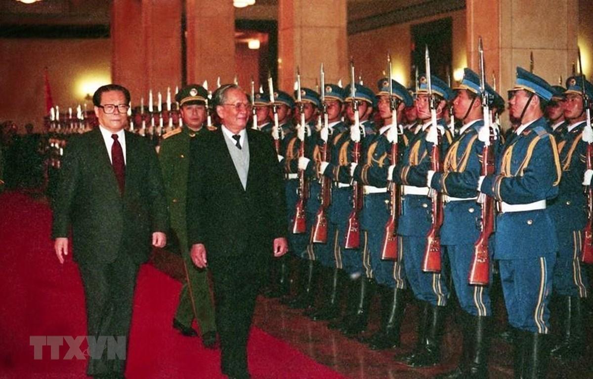 Chủ tịch nước Lê Đức Anh và Chủ tịch Trung Quốc Giang Trạch Dân duyệt đội danh dự tại lễ đón ở Đại Lễ đường nhân dân, Bắc Kinh ngày 9/11/1993, trong chuyến thăm hữu nghị chính thức Trung Quốc từ 9-15/11/1993. Ảnh: TTXVN