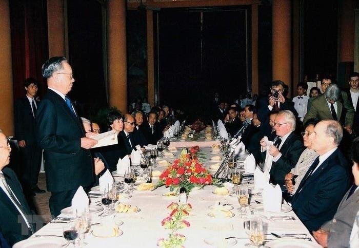 Chủ tịch nước Lê Đức Anh phát biểu tại tiệc chiêu đãi Tổng thống Pháp François Mitterrand sang thăm chính thức Việt Nam, tối 9/2/1993, tại Phủ Chủ tịch. Ông Mitterrand là nguyên thủ quốc gia phương Tây đầu tiên tới Việt Nam kể từ năm 1954