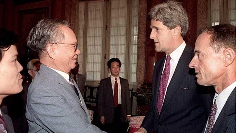 Chủ tịch nước Lê Đức Anh trong một lần tiếp thượng nghị sĩ John Kerry, cựu chiến binh Mỹ trong chiến tranh Việt Nam.