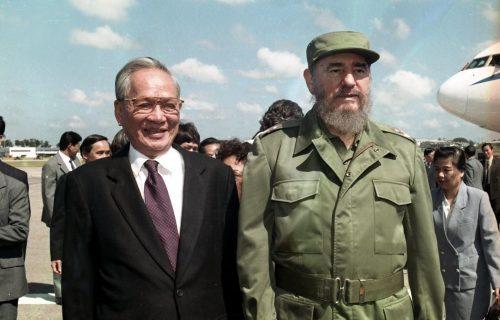 Chủ tịch Cuba Fidel Castro đón Chủ tịch nước Lê Đức Anh tại sân bay quốc tế José Martí ở thủ đô La Habana, trong chuyến thăm hữu nghị chính thức Cuba từ 12 – 17/10/1995. (Ảnh: Cao Phong/TTXVN)