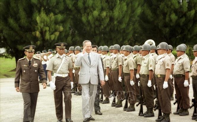 Chủ tịch nước Lê Đức Anh duyệt đội danh dự tại Lễ đón, trong chuyến thăm chính thức Cộng hòa Philippines, tháng 11/1995. Ảnh: Cao Phong/TTXVN