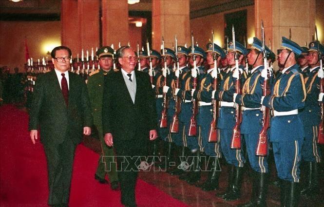 Chủ tịch nước Lê Đức Anh và Chủ tịch Trung Quốc Giang Trạch Dân duyệt đội danh dự tại Lễ đón ở Đại Lễ đường nhân dân, thủ đô Bắc Kinh, ngày 9/11/1993, trong chuyến thăm hữu nghị chính thức Trung Quốc từ 9-15/11/1993. Ảnh: Cao Phong/ TTXVN