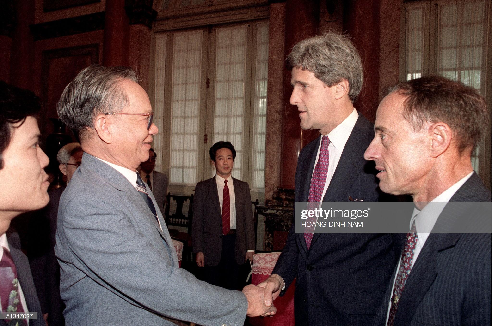 Chủ tịch nước Lê Đức Anh tiếp Thượng nghị sĩ Mỹ John Kerry (ngoại trưởng Mỹ năm 2013 - 2017) tại Phủ Chủ tịch ở Hà Nội ngày 16/5/1993. Ông John Kerry đến Việt Nam để hội đàm về việc tìm kiếm hài cốt các quân nhân Mỹ mất tích thời chiến tranh Việt Nam.