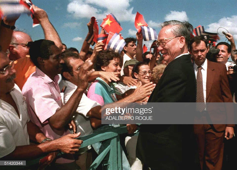 Chủ tịch nước Lê Đức Anhbắt tay với người dân Cuba tại sân bay quốc tế Jose Marti của Havana, ngày 12/10/1995.