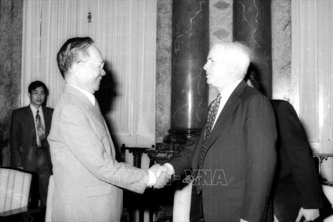 Chủ tịch nước Lê Đức Anh tiếp nghị sĩ John McCain, thành viên cấp cao Đảng Cộng hòa (Mỹ), ngày 11/4/1995, tại Hà Nội. Ảnh: Kim Hùng/TTXVN