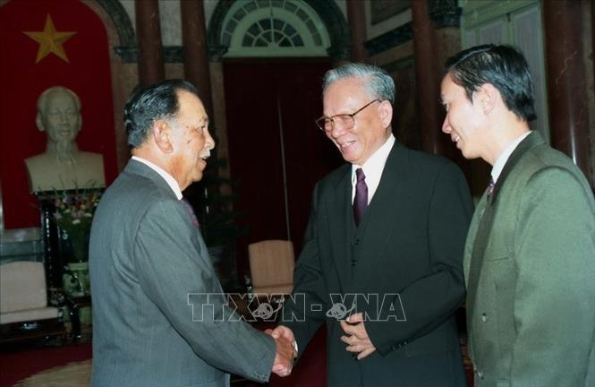 Chủ tịch nước Lê Đức Anh tiếp đón và hội đàm với Quốc vương Malaysia Tuanku Jaafar thăm chính thức Việt Nam ngày 19/12/1995 tại Hà Nội. Ảnh: Nguyễn Khang/TTXVN.