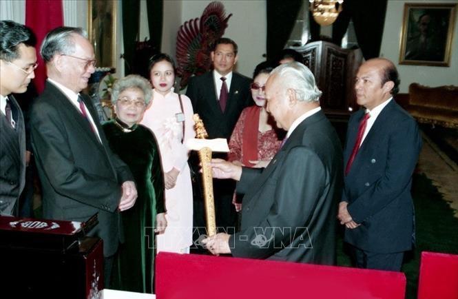 Chủ tịch nước Lê Đức Anh và Tổng thống Indonesia Suharto tại thủ đô Jakarta, trong chuyến thăm chính thức Indonesia vào tháng 4/1994. Ảnh: Cao Phong/TTXVN.