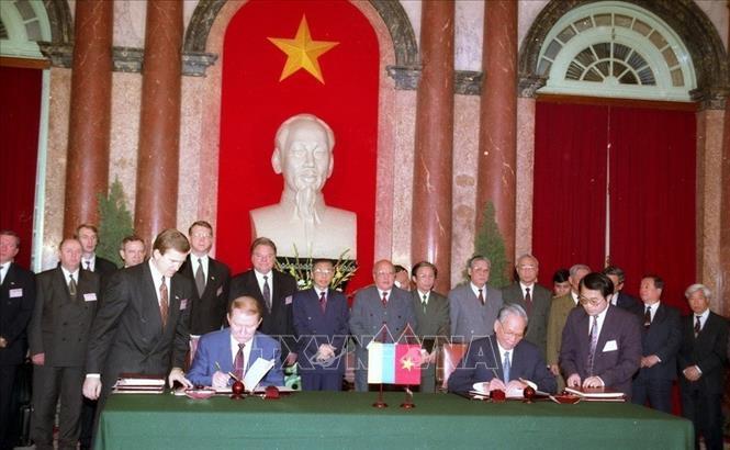 Chủ tịch nước Lê Đức Anh và Tổng thống Ukraine khi đó Leonid Kuchma ký hiệp ước hợp tác giữa hai nước vào sáng 8/4/1996 tại Hà Nội. Ảnh: Minh Ðiền/TTXVN.