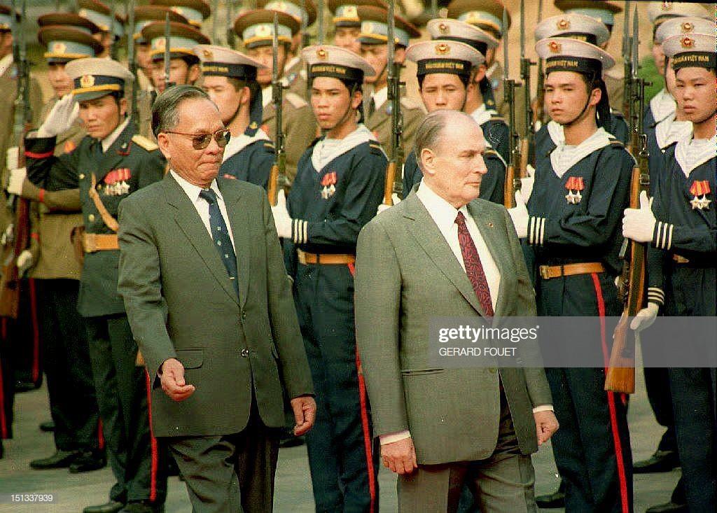 Tổng thống Pháp Francois Mitterrand (phải) vàChủ tịch nước Lê Đức Anhduyệt đội danh dự trong lễ đón được tổ chức tại Phủ Chủ tịch ngày 9/2/1993 khi ông Francois Mitterrand có chuyến thăm chính thức 2 ngày tới Việt Nam. Ảnh: Getty.