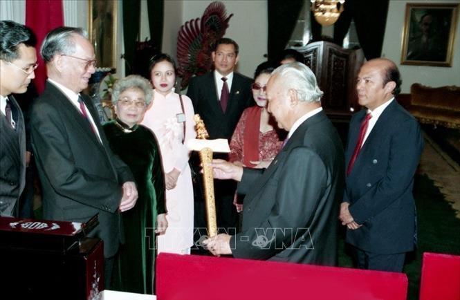 Chủ tịch nước Lê Đức Anh và Tổng thống Indonesia Suharto tại thủ đô Jakarta, trong chuyến thăm chính thức Indonesia, tháng 4/1994