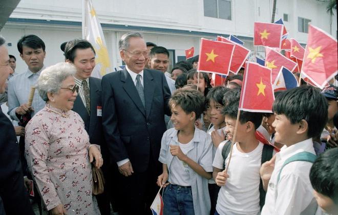 Các cháu thiếu niên và nhân dân khu chế xuất Subic đón chào Chủ tịch nước Lê Đức Anh và phu nhân trong chuyến thăm Viện nghiên cứu lúa Quốc tế của Philippines ngày 30/11/1995.