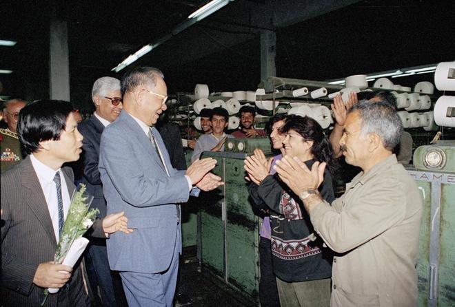 Ngày 5/5/1995, Chủ tịch nước Lê Đức Anh tới thăm công ty liên hợp dệt Khô-ma-si-a trong chuyến thăm Syria.