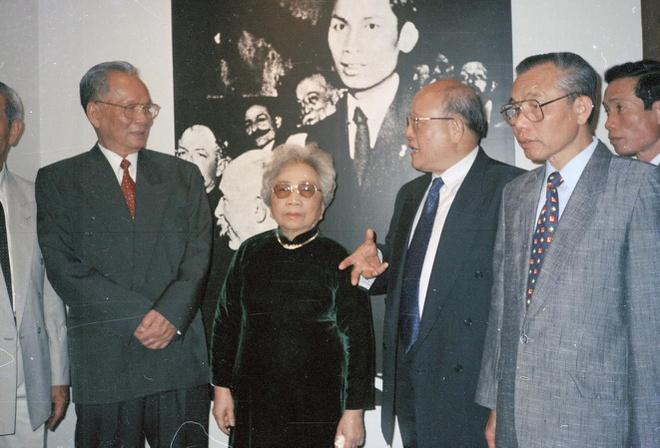 Ngày 8/5/1995, ông và phu nhân thăm phòng trưng bày các di vật của Chủ tịch Hồ Chí Minh trại Bảo tàng Mông-tơ–rơi (Pháp).