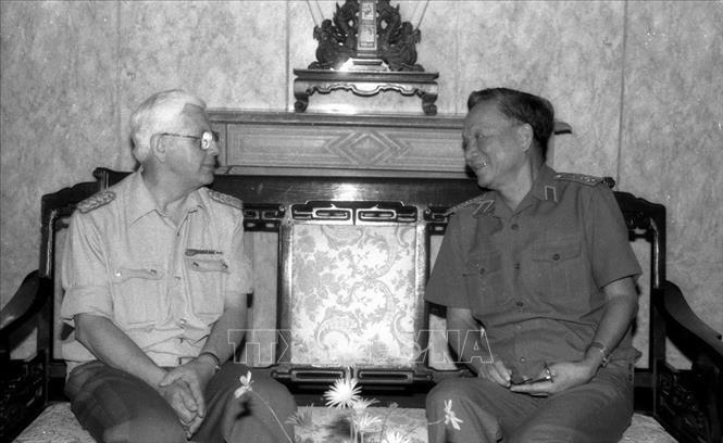Ðại tướng Lê Ðức Anh, Bộ trưởng Bộ Quốc phòng tiếp Thượng tướng Horst Brünner, Thứ trưởng Bộ Quốc phòng CHDC Đức sang thăm, làm việc tại Việt Nam, sáng 26/4/1988. Ảnh: Hồng Thụ/TTXVN