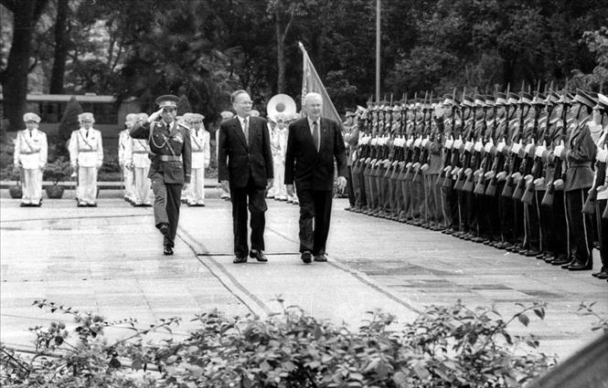 Chủ tịch nước Lê Đức Anh và Toàn quyền Australia Bill Hayden duyệt đội danh dự tại Lễ đón, ngày 8/4/1995, tại Hà Nội, trong chuyến thăm chính thức đến Việt Nam. Ảnh: Kim Hùng/TTXVN