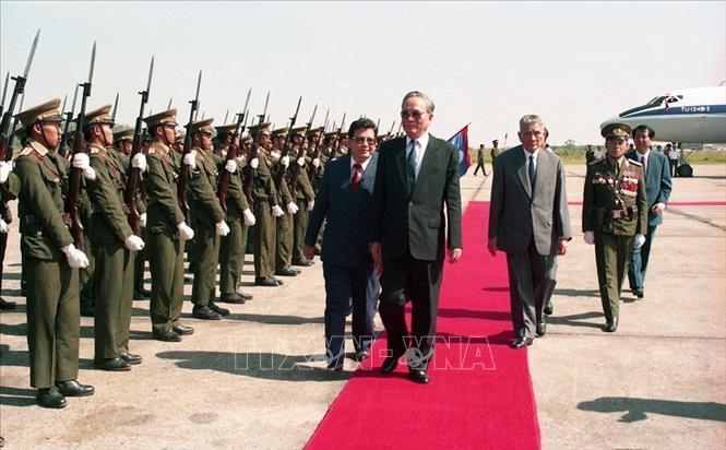 Chủ tịch nước Lê Đức Anh và Chủ tịch nước Lào Nuhak Phumsavan duyệt đội danh dự tại Lễ đón ở sân bay quốc tế Wattay (thủ đô Viêng Chăn), trong chuyến thăm hữu nghị chính thức CHDCND Lào từ ngày 01-03/11/1993. Ảnh: Cao Phong/TTXVN