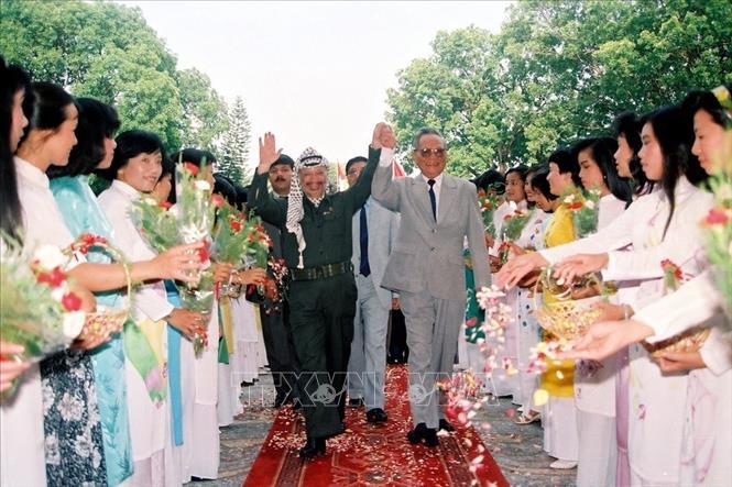 Chủ tịch nước Lê Đức Anh đón Tổng thống Palestine Yasser Arafat sang thăm Việt Nam (1993), tại Hà Nội. Ảnh: Cao Phong/TTXVN