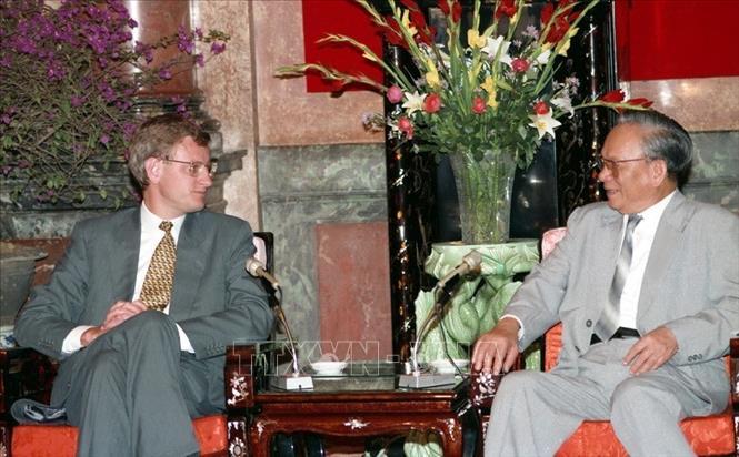 Chủ tịch nước Lê Đức Anh tiếp Thủ tướng Vương quốc Thụy Điển Carl Bildt, chiều 7/4/1994 tại Phủ Chủ tịch, nhân chuyến thăm hữu nghị chính thức Việt Nam. Ảnh: Minh Ðạo/TTXVN