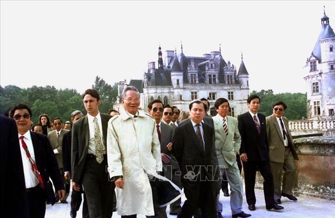 Chủ tịch nước Lê Đức Anh thăm lâu đài Chenonceau, một trong những lâu đài cổ đẹp nhất ở thung lũng sông Loire được xây dựng từ thế kỷ 16, trong chuyến thăm chính thức Cộng hòa Pháp. Ảnh: Cao Phong /TTXVN