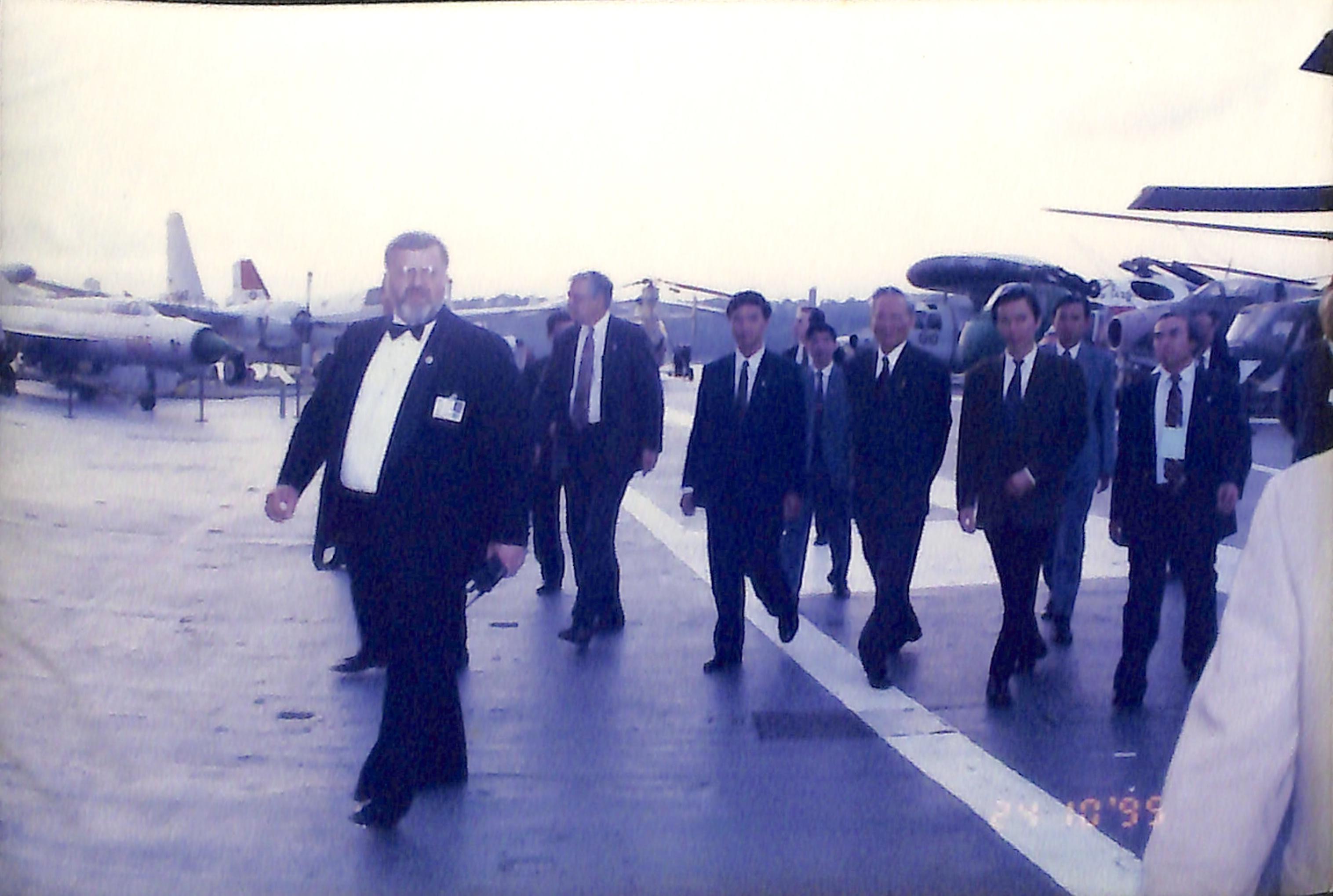 Chủ tịch nước Lê Đức Anh thăm tàu sân bay trong chuyến công tác tại Mỹ năm 1995