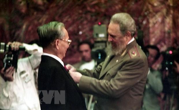 Ngày 12/10/1995, tại dinh Cách mạng ở thủ đô La Habana, Chủ tịch Cuba Fidel Castro trao tặng Huân chương José Martí, phần thưởng cao quý nhất của Nhà nước Cu ba cho Chủ tịch nước Lê Đức Anh. (Ảnh: Cao Phong/TTXVN)