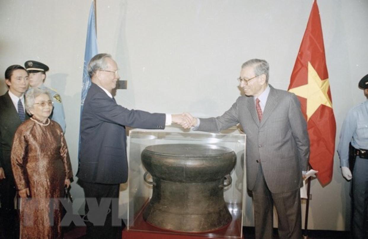 Chiều 25/10/1995, tại Trụ sở Liên hợp quốc ở New York, Chủ tịch nước Lê Đức Anh trao tặng phiên bản trống đồng Ngọc Lũ cho Tổng thư ký Liên hợp quốc Boutros B. Ghali, nhân dịp tham dự Lễ kỷ niệm 50 năm Ngày thành lập Liên hợp quốc (1945-1995).