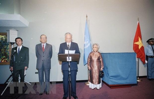 Chủ tịch nước Lê Đức Anh đọc diễn văn trong buổi lễ trao tặng phẩm phiên bản trống đồng Ngọc Lũ của Việt Nam tại Liên hợp quốc, nhân dịp tham dự Lễ kỷ niệm 50 năm Ngày thành lập Liên hợp quốc (1945-1995). (Ảnh: TTXVN)