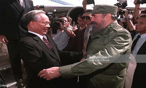 Lãnh tụ Cuba Fidel Castro chào đón Chủ tịch nước Việt Nam Lê Đức Anh tới thủ đô La Habana ngày 12/10/1995.