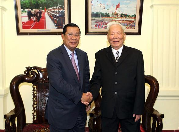 Thủ tướng Campuchia Samdech Techo Hun Sen đến chào nguyên Chủ tịch nước Lê Đức Anh tại Hà Nội trong chuyến thăm chính thức Việt Nam ngày 27/12/2013